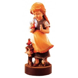 Gioiosa scultura di bambina delicata con colombe