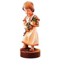 Delicata figura di bimba scolpita con un mazzo di fiori