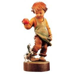 Gioca con la palla un bimbo curioso e vivace