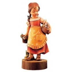 Figura delicata di bambina con cesto