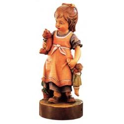 Tiene per mano una bambola la bimba scolpita