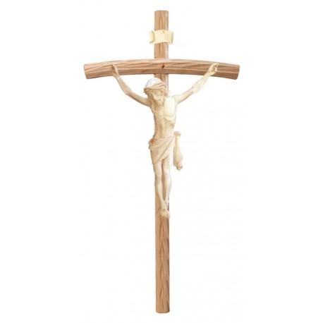 Christuskörper aus Holz auf gebogenen hellen Balken - Natur