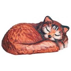 Un tenero gattino dorme in una dolce posa scolpito in legno d'acero - colorato colori pastello