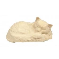 Un tenero gattino dorme in una dolce posa scolpito in legno d'acero - naturale