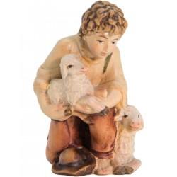 Kniender Hirte mit Schafen aus Holz - lasiert