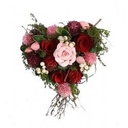Cuore con fiori e bacche finemente scolpiti in legno
