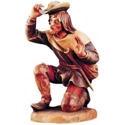 Kniender Hirte ist eine Südtiroler Krippenfigur aus Ahornholz geschnitzt, Grödner Holzschnitzereien - lasiert