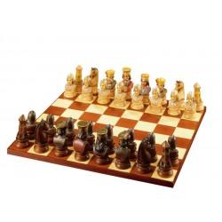 Il gioco degli scacchi guerrieri scolpito in legno