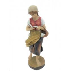 Mädchen mit Korb und Buch - Dolfi Holzschnitzereien, diese Kreation ist in Gröden hergestellt
