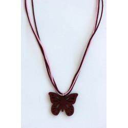 Una farfalla traforata costituisce il ciondolo in legno