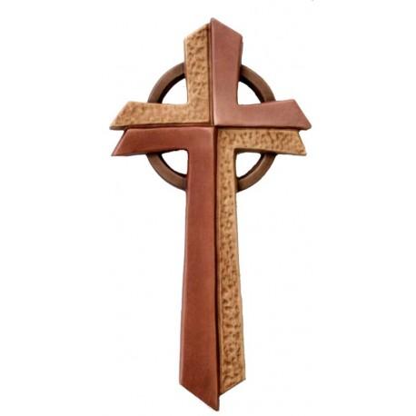 Croce stilizzata ed elegante scolpita accuratamente in legno