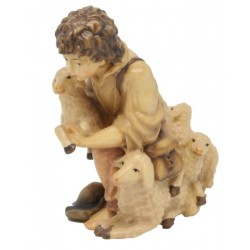 Kniender Hirte mit Schafen aus Holz - mehrfach gebeizt