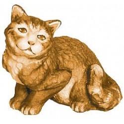 Un tenero gattino seduto scolpito in legno d'acero - legno colorato in diverse tonalitá di marrone