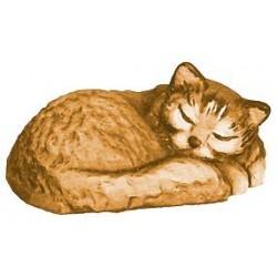 Un tenero gattino dorme in una dolce posa scolpito in legno d'acero - legno colorato in diverse tonalitá di marrone
