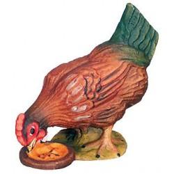 La gallina becca il suo pasto nel cortile