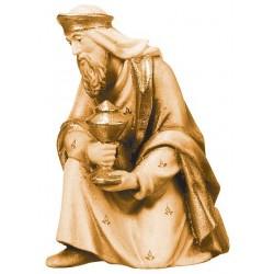 Re Magio in ginocchio finemente scolpito in legno d'acero - legno colorato in diverse tonalitá di marrone