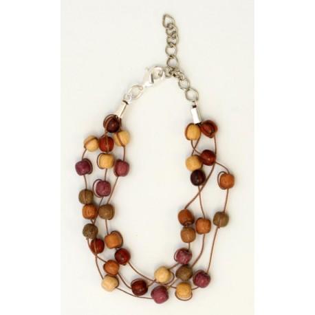 Piccole perle di legno per questo eclettico braccialetto
