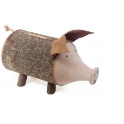 Un porcellino in corteccia serve da salvadanaio