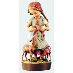Delicata figura di bimba ritratta con i cerbiatti