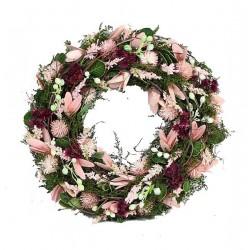 Corona della collezione con fiori in legno rosa e bacche