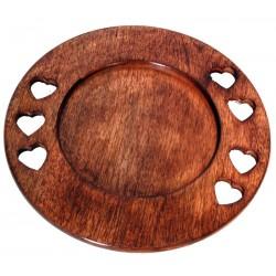 Piatto scolpito in legno con cuori intagliati