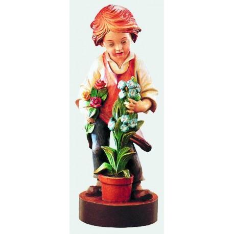 Bambino che porge gentilmente dei fiori