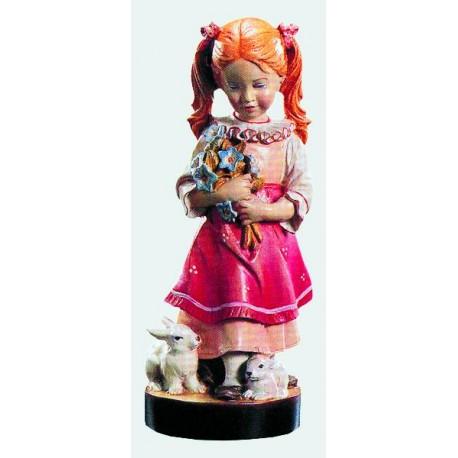 Delicata e sorprendente bambina con mazzo di fiori