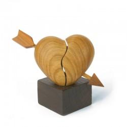 Cuore con freccia finemente scolpito in legno