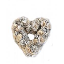 Corona cuore con pigne e fiori bianchi