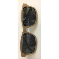 Occhiali da sole in legno
